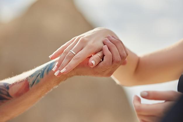 L'homme fait une demande en mariage à sa petite amie Photo Premium