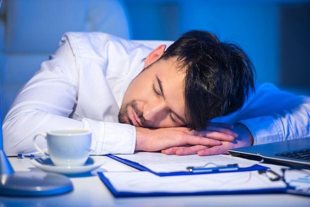 Homme fatigué, dormant au travail avec ordinateur. Photo Premium