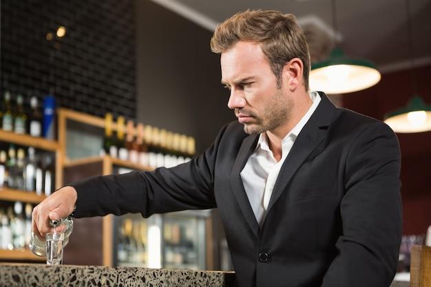 Homme fatigué verser un coup d'alcool Photo Premium