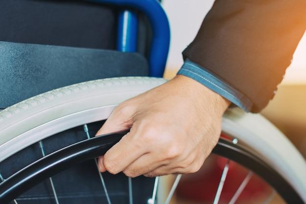 Homme en fauteuil roulant Photo Premium