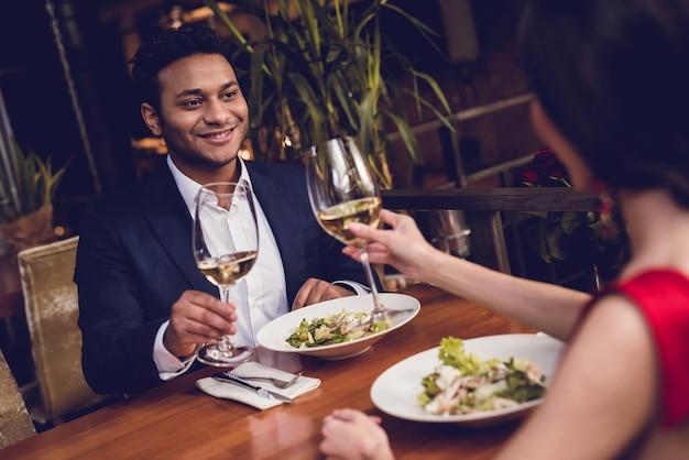 Un homme et une femme boivent du vin à une date. Photo Premium
