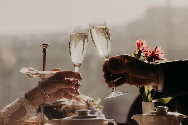 Homme Et Femme Célèbrent Des Verres De Mariage De Champagne Avec Du Champagne Photo Premium