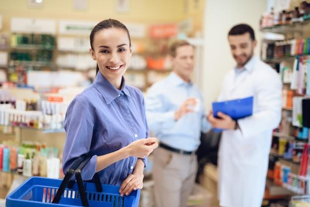 Homme et femme choisissant des médicaments en pharmacie. Photo Premium
