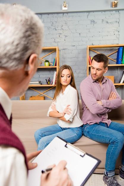 Homme Et Femme En Colère Assis Dos à Dos Lors D'une Réception Chez Le Psychologue Photo Premium