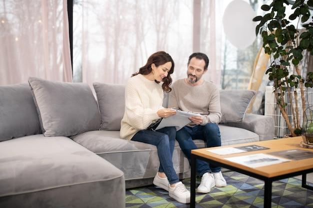 Homme Et Femme Dans Un Salon De Meubles Assis Sur Un Canapé Confortable Photo Premium