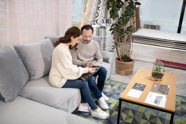 Homme Et Femme Dans Un Salon De Meubles En Choisissant Des Détails De Meubles Photo Premium