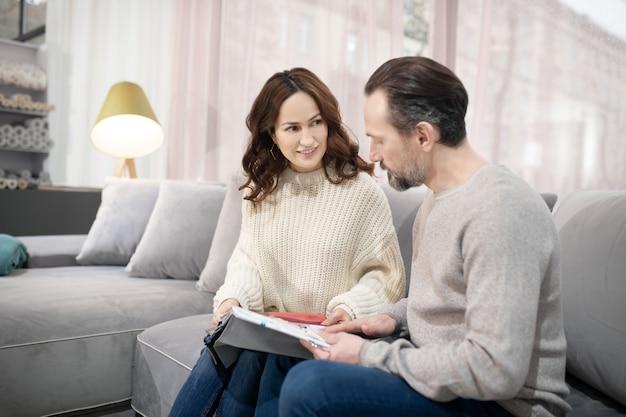 Homme Et Femme Dans Un Salon De Meubles Discutant Des Modèles Photo Premium