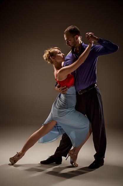 L'homme Et La Femme Dansant Le Tango Argentin Photo gratuit