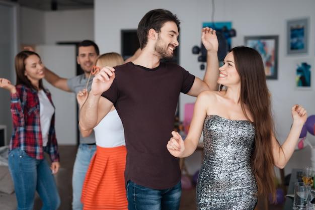 Un homme et une femme dansent lors d'une fête à la maison. Photo Premium