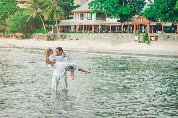 Homme Et Femme Debout Dans L'eau Et Des Caresses Photo Premium