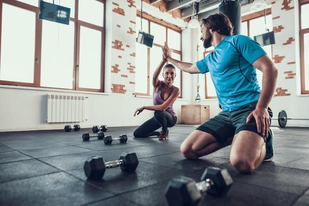 Homme et femme donnant cinq haut au club de fitness. Photo Premium