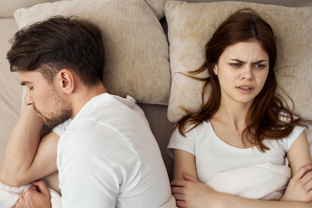 Homme Et Femme Dorment Dans Son Lit, Téléphone, Tricherie, Relation Amoureuse Photo Premium