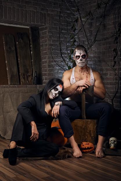 Homme et femme avec du maquillage de crâne de sucre. art de la peinture faciale. Photo Premium