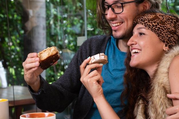 Homme et femme ensemble au café Photo gratuit