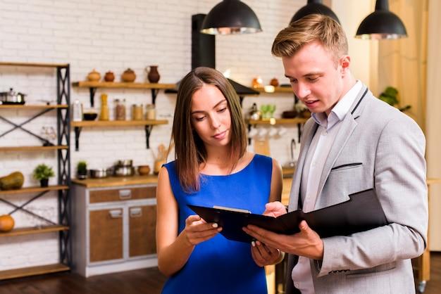 Homme et femme examinant un document Photo gratuit