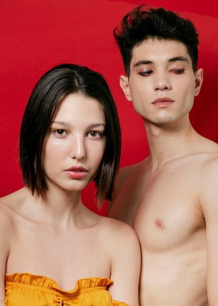 Homme et femme posant en studio Photo gratuit