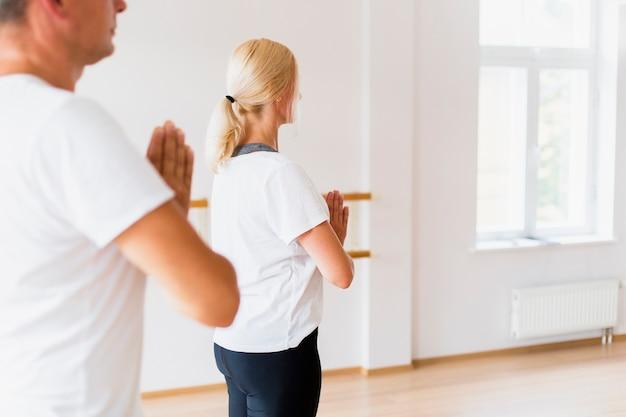 Homme Et Femme Pratiquant Le Yoga Ensemble Photo gratuit