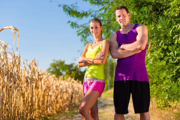 Homme et femme qui court pour le sport Photo Premium