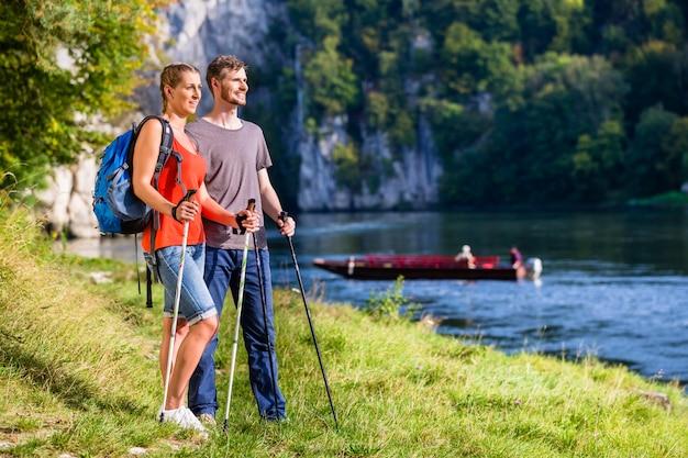 Homme et femme de randonnée sur le danube en été Photo Premium