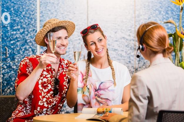 Homme et femme recommandant une agence de voyages Photo Premium
