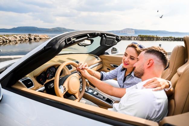Homme et femme en road trip Photo gratuit