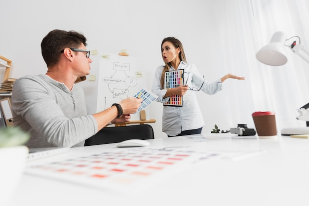 Homme et femme se disputant sur les résultats de l'entreprise Photo gratuit