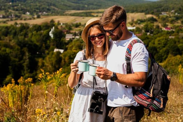 Homme et femme se tenant et buvant du café Photo gratuit