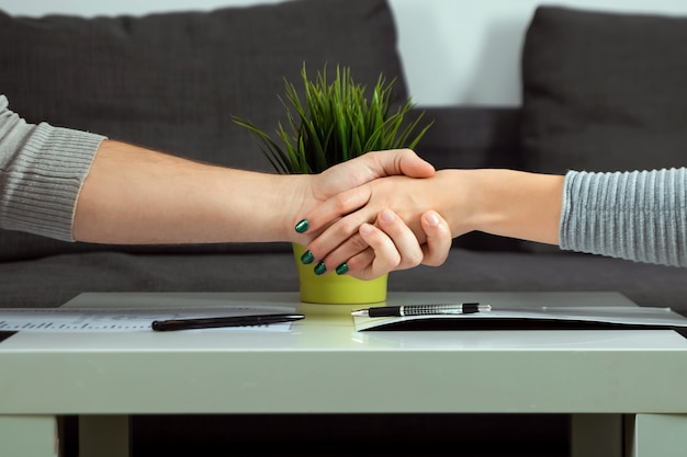 Homme, femme, serrer main, gros plan Photo Premium