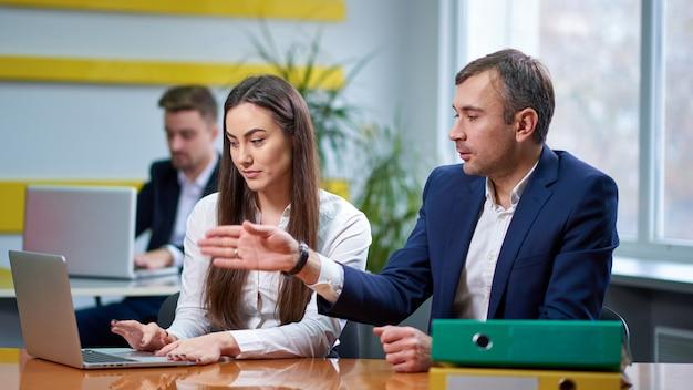 Homme et femme à la table de réunion Photo Premium
