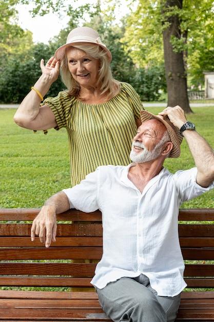 Homme Et Femme Tenant Leurs Chapeaux Photo gratuit