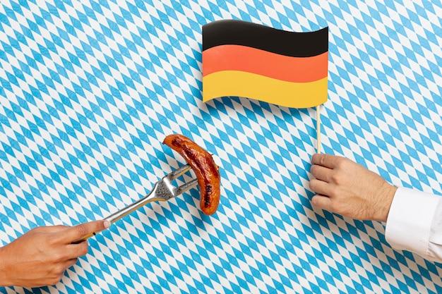 Homme et femme tenant des saucisses et un drapeau Photo gratuit