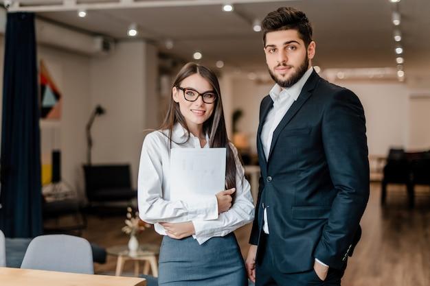 Homme Et Femme Travaillant Au Bureau Photo Premium