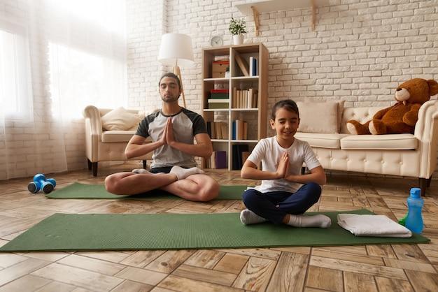 Un homme et une fille arabes font des exercices à la maison Photo Premium
