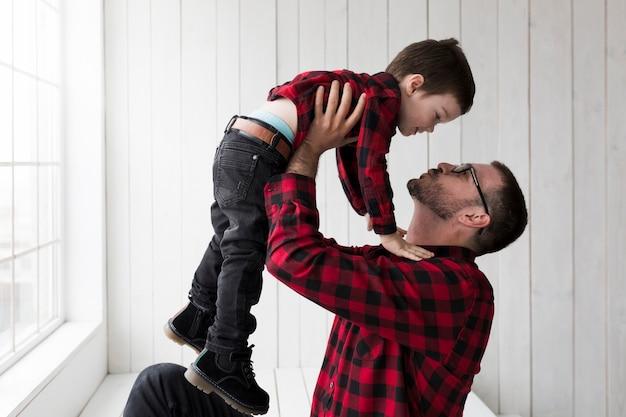 Homme avec fils le jour des pères Photo gratuit