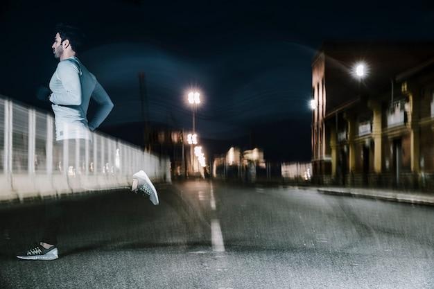 Homme Flou Au Crépuscule En Cours D'exécution Sur La Route Photo gratuit