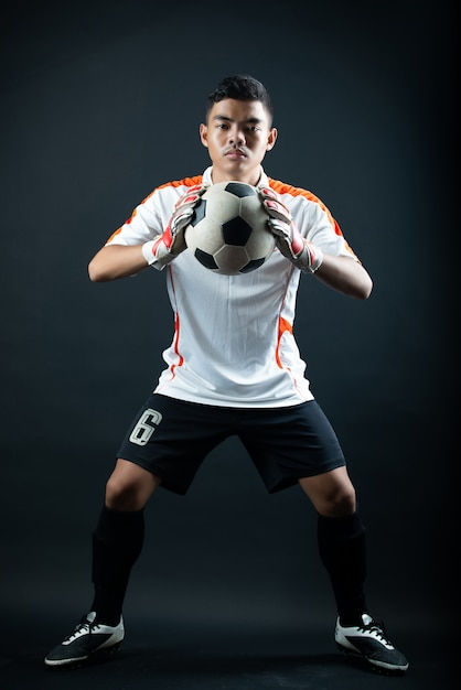 Homme de football jeune gardien isolé de l'équipe de football de l'académie Photo gratuit