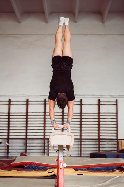 Homme De Formation Pour Le Championnat De Gymnastique Photo gratuit