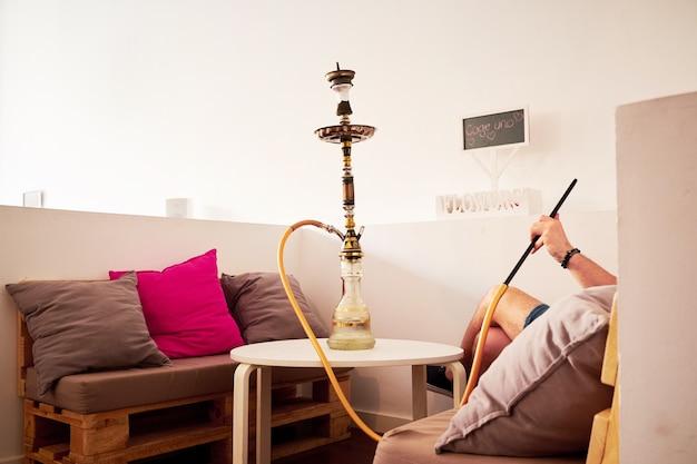Homme fumant le narguilé Photo Premium