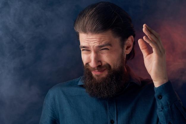 Homme Gai Barbe émotions Chemise Noire Gros Plan Photo Premium