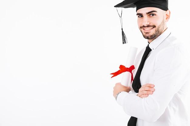 Homme gai posant avec diplôme Photo gratuit