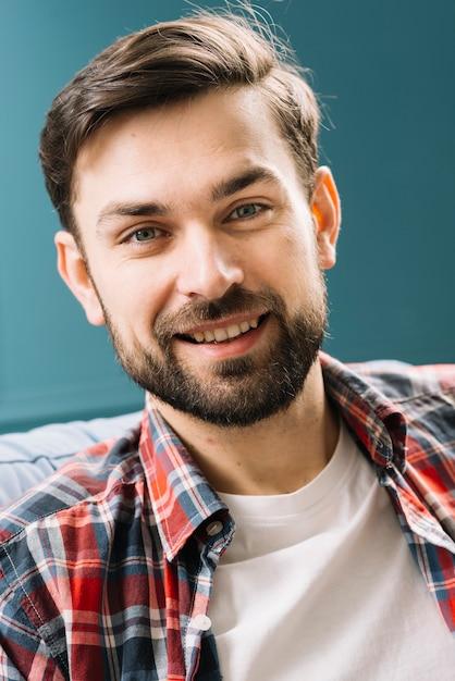 Homme gai, regardant la caméra Photo gratuit