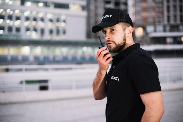 Homme De Garde De Sécurité Vue Latérale Photo Premium