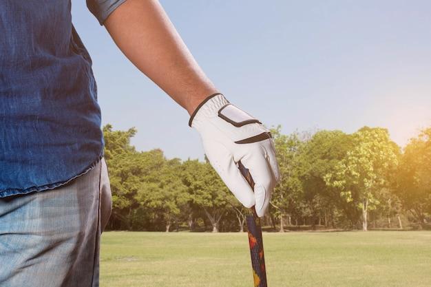 Homme avec golf sur la pelouse. Photo Premium