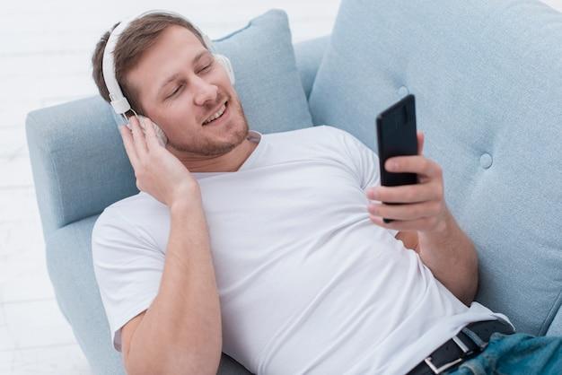 Homme Grand Angle, écouter De La Musique Sur Les écouteurs Photo gratuit