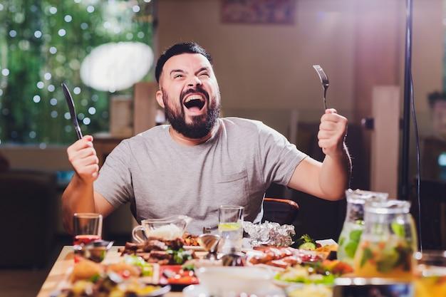 Homme à La Grande Table Avec De La Nourriture. Photo Premium