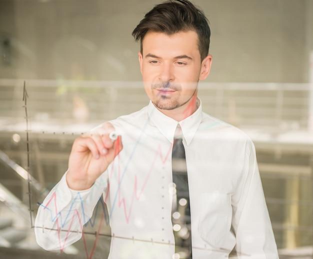 Homme habillé stratégie d'entreprise de dessin formel sur la fenêtre. Photo Premium