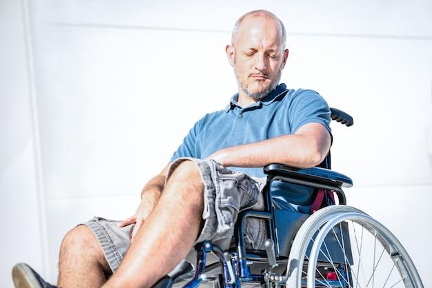 Homme Handicapé Handicapé En Fauteuil Roulant Au Moment De La Dépression Photo Premium