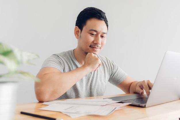 Homme heureux a effacé avec la facturation et les dettes. Photo Premium