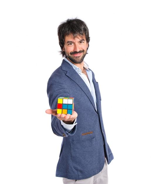 Un homme heureux joue un jeu d'intelligence sur un backgrpund blanc Photo gratuit
