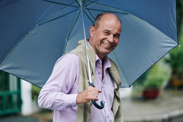 Homme Heureux Un Jour De Pluie Photo Premium